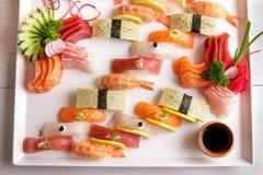 Bandeja japonesa do sashimi do alimento e do sushi do nigiri Imagens de Stock Royalty Free