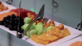 Bandeja lenta de uma bandeja pequena do aperitivo do fruto da variedade video estoque