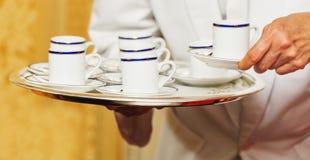 Bandeja levando do garçom com copos de café Imagem de Stock Royalty Free