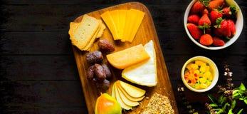Bandeja lisa do fruto da placa do queijo da opinião superior da configuração imagens de stock