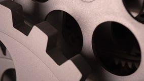 A bandeja macro do detalhe do pulso de disparo metálico sujo velho disparou em 4K filme