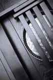 Bandeja metálica na superfície de madeira Imagens de Stock Royalty Free