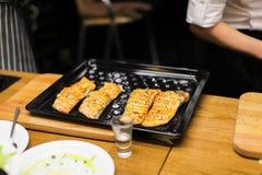 Bandeja negra de la hornada con los filetes de color salmón Imágenes de archivo libres de regalías