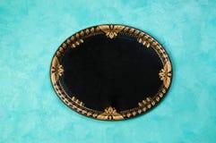 Bandeja oval negra del vintage en fondo concreto foto de archivo libre de regalías