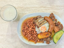 Bandeja Paisa und Getränk der sauer Sobbe stockfoto