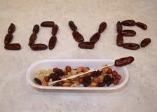 A bandeja plástica com frutos cristalizados das passas nuts e a data frutificam Fotografia de Stock Royalty Free