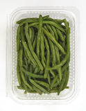Bandeja plástica com os feijões verdes cozinhados Imagens de Stock Royalty Free