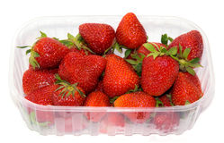 Bandeja plástica con las fresas. Fotos de archivo libres de regalías