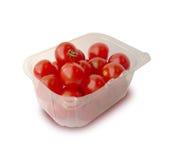 Bandeja plástica con los tomates. Fotografía de archivo