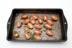 Bandeja que cuece al horno aislada de tomates Imagen de archivo libre de regalías