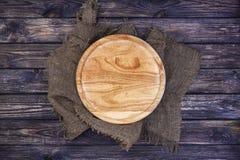 Bandeja redonda para a pizza na tabela de madeira escura Vista superior Copie o espaço fotografia de stock