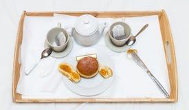 Bandeja romántica del desayuno con la hornada fresca y el atasco del té fragante imagenes de archivo