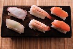 Bandeja salmon da madeira do camarão do vário alimento japonês diferente do sushi Fotografia de Stock