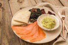 Bandeja saudável do café da manhã com guacamole e salmão fumado foto de stock