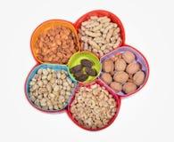 Bandeja seca dos frutos com os 5 artigos diferentes a comer Imagens de Stock