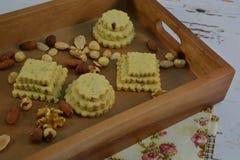 Bandeja servindo de madeira com cookies e amêndoas fotografia de stock