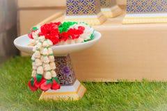 Bandeja tailandesa hermosa de la porcelana del estilo con el pedestal Ideal para p Imágenes de archivo libres de regalías