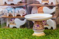 Bandeja tailandesa hermosa de la porcelana del estilo con el pedestal Ideal para p Fotografía de archivo libre de regalías