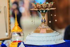 Bandeja tailandesa hermosa de la porcelana del estilo con el pedestal para poner Imagen de archivo libre de regalías