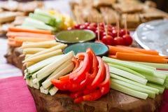 Bandeja vegetal gourmet na tabela de bufete do partido Imagens de Stock Royalty Free