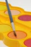 Bandeja y cepillo de la pintura de la acuarela imagen de archivo