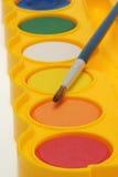Bandeja y cepillo de la pintura de la acuarela fotografía de archivo