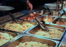 Bandejas con la comida en la cantina del restaurante del autoservicio Imágenes de archivo libres de regalías