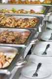 Bandejas da refeição do banquete seridas em tabelas Imagens de Stock