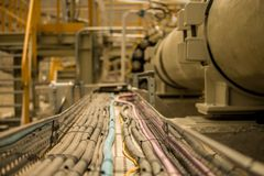 Bandejas de cabo bonde com cabos em um local industrial imagem de stock royalty free