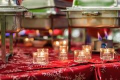 Bandejas de la comida fría de la celebración de días festivos toda la disposición antes del banquete con las hornillas y las llam imágenes de archivo libres de regalías