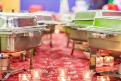 Bandejas de la comida fría de la celebración de días festivos toda la disposición antes del banquete con las hornillas y las llam imagenes de archivo