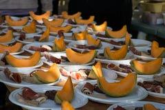 Bandejas de madeira com os pratos com melão e hamon para a distribuição no feriado local fotos de stock royalty free
