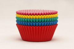 Bandejas de papel coloridas que cozem copos para queques e queques Foto de Stock