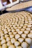 Bandejas de pasteles del Baklava en un restaurante árabe Foto de archivo