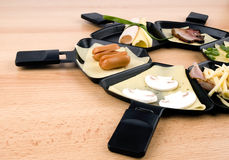 Bandejas de Raclette com o alimento, ideal para o partido Fotos de Stock Royalty Free