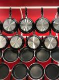 Bandejas de suspensão do Teflon na parede vermelha Fotos de Stock