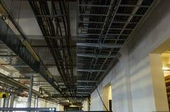 Bandejas e tubulações de cabo na construção industrial Imagem de Stock