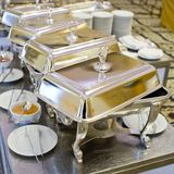 Bandejas heated de la comida fría listas para el servicio Foto de archivo