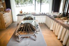 Bandejas heated de la comida fría listas para el servicio Desayuno/almuerzo en el hotel Fotografía de archivo