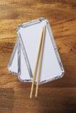 Bandejas y palillos para llevar Foto de archivo