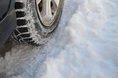 Banden en autowielen in sneeuw 2 Royalty-vrije Stock Fotografie