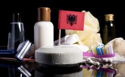 Bandera albanesa en el jabón con todos los productos para la gente Fotos de archivo
