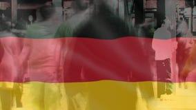 Bandera alemana con caminar de la gente almacen de video