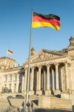 Bandera alemana con Reichstag Fotografía de archivo libre de regalías