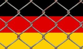 Bandera alemana detrás de una cerca de cristal Imagenes de archivo