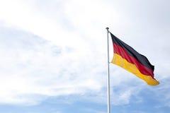 Bandera Alemania contra el cielo azul Fotos de archivo