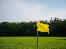 Bandera amarilla en la esquina del campo de fútbol bandera del deporte y conce de la muestra Foto de archivo