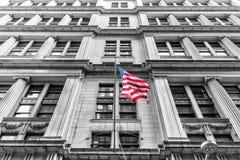 Bandera americana con el edificio detrás Opinión de perspectiva Versión cortada imagenes de archivo