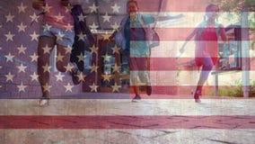 Bandera americana con el funcionamiento de los niños almacen de video