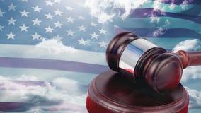 Bandera americana con el mazo de la corte y el cielo azul